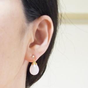 "<img src=""pierced-look-teardrop-pink-rose-quartz-gemstone-invisible-clip-on-earrings.jpg"" alt=""Pink quartz gemstone invisible clip on earrings""/>"