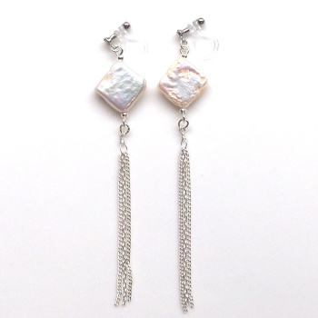 """<img src=""""white-square-freshwater-pearl-natural-pearl-silver-chain-invisible-clip-on-earrings3.jpg"""" alt=""""pierced look and comfortable Pierced look and comfortable dangle chandelier white square freshwater pearl and silver chain tassel invisible clip on earrings 耳環夾ノンホールピアス""""/>"""