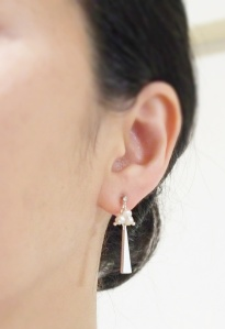 """<img src=""""dangle-beaded-freshwater-pearl-triangle-silver-bar-invisible-clip-on-earrings-e6a8b9e88482e382a4e383a4e383aae383b3e382b0.jpg"""" alt=""""pierced look and comfortable Pierced look and comfortable bridal wedding dangle freshwater pearl silver bar invisible clip on earrings 耳環夾ノンホールピアス""""/>"""