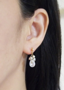 """<img src=""""dangle-bridal-wedding-freshwater-pearl-natural-pearl-cubic-zirconia-cz-drop-invisible-clip-on-earrings2.jpg"""" alt=""""pierced look and comfortable Pierced look and comfortable bridal wedding freshwater pearl and cubic zirconia invisible clip on earrings 耳環夾ノンホールピアス""""/>"""