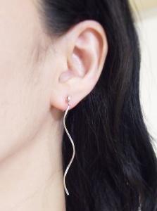 """<img src=""""dangle-crystal-wave-bar-ear-jackets-invisible-clip-on-earrings-miyabigrace.jpg"""" alt=""""pierced look and comfortable Pierced look and comfortable Dangle silver wave bar ear jackets invisible clip on earrings 耳環夾イヤリング""""/>"""