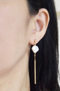 """<img src=""""dangle-gold-fringe-chain-chandelier-square-freshwater-pearl-natural-pearl-invisible-clip-on-earrings2.jpg"""" alt=""""pierced look and comfortable Pierced look and comfortable bridal wedding dangle freshwater pearl gold tassel invisible clip on earrings 耳環夾ノンホールピアス""""/>"""