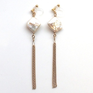 """<img src=""""dangle-gold-fringe-chain-chandelier-square-freshwater-pearl-natural-pearl-invisible-clip-on-earrings5.jpg"""" alt=""""pierced look and comfortable Pierced look and comfortable bridal wedding dangle freshwater pearl gold tassel invisible clip on earrings 耳環夾ノンホールピアス""""/>"""