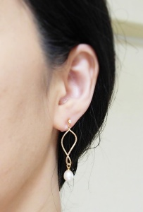 """<img src=""""dangle-gold-hoop-with-freshwater-pearl-natural-pearl-invisible-clip-on-earrings-e6a8b9e88482e382a4e383a4e383aae383b3e382b0.jpg"""" alt=""""pierced look and comfortable Pierced look and comfortable bridal wedding dangle freshwater pearl gold hoop invisible clip on earrings 耳環夾ノンホールピアス""""/>"""