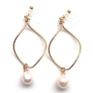 """<img src=""""dangle-gold-hoop-with-freshwater-pearl-natural-pearl-invisible-clip-on-earrings3.jpg"""" alt=""""pierced look and comfortable Pierced look and comfortable bridal wedding dangle freshwater pearl gold hoop invisible clip on earrings 耳環夾ノンホールピアス""""/>"""