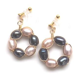 """<img src=""""pink-and-black-freshwater-pearl-circle-invisible-clip-on-earrings8.jpg"""" alt=""""pierced look and comfortable Pierced look and comfortable bridal wedding dangle pink navy freshwater pearl circle invisible clip on earrings 耳環夾ノンホールピアス""""/>"""