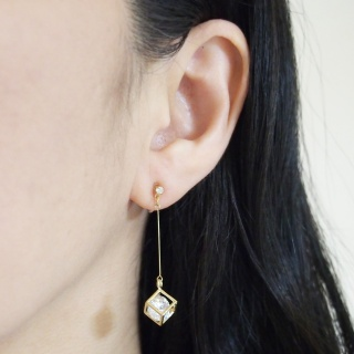 "<img src=""comfortable-pierced-look-dangle-gold-cube-cubic-zirconia-invisible-clip-on-earrings.jpg"" alt=""pierced look and comfortable Pierced look and comfortable dangle sparkly cubic zirconia invisible clip on earrings 耳環夾 ノンホールピアス イヤリング""/>"