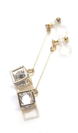 "<img src=""comfortable-pierced-look-dangle-gold-cube-cubic-zirconia-invisible-clip-on-earrings11.jpg"" alt=""pierced look and comfortable Pierced look and comfortable dangle sparkly cubic zirconia invisible clip on earrings 耳環夾 ノンホールピアス イヤリング""/>"