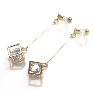"<img src=""comfortable-pierced-look-dangle-gold-cube-cubic-zirconia-invisible-clip-on-earrings2.jpg"" alt=""pierced look and comfortable Pierced look and comfortable dangle sparkly cubic zirconia invisible clip on earrings 耳環夾 ノンホールピアス イヤリング""/>"