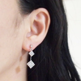 "<img src=""dangle-2-square-rhinestone-crystal-invisible-clip-on-earrings-wedding-clip-earrings.jpg"" alt=""pierced look and comfortable Pierced look and comfortable dangle two rhinestone crystal invisible clip on earrings 耳環夾 ノンホールピアス イヤリング""/>"