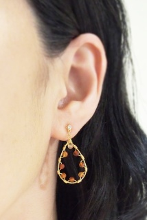 "<img src=""comfortable-dangle-orange-carnerian-gemstone-invisible-clip-on-hoop-earrings.jpg"" alt=""pierced look and comfortable https:""/>"