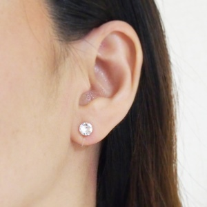 "<img src=""6mm-wedding-bridal-swarovski-crystal-invisible-clip-on-stud-earrings.jpg"" alt=""pierced look and comfortable Comfortable and pierced look bridal wedding swarovski crystal rhinestone invisible clip on earrings bridal jewelry by MiyabiGrace 耳環夾 ノンホールピアス 夾式耳環""/>"