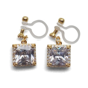 "<img src=""bridal-wedding-comfortable-pierced-look-dangle-gold-square-cubic-zirconia-cz-crystal-invisible-clip-on-earrings-miyabigrace-e5a4bee880b3e792b0-e5a4bee5bc8fe880b3e792b0-e382a41.jpg"" alt=""pierced look and comfortable Comfortable and pierced look bridal wedding dangle gold square cubic zirconia cz crystal invisible clip on earrings bridal jewelry by MiyabiGrace 耳環夾 ノンホールピアス 夾式耳環""/>"