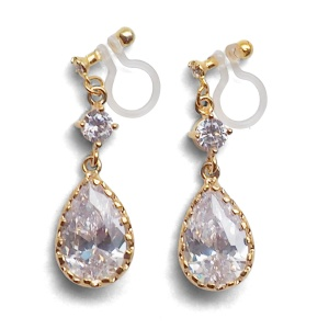 "<img src=""comfortable-pierced-look-bridal-wedding-dangle-gold-teardrop-cubic-zirconia-cz-crystal-invisible-clip-on-earrings-miyabigrace-e5a4bee880b3e792b0-e5a4bee5bc8fe880b3e792b0-e382a41.jpg"" alt=""pierced look and comfortable Comfortable and pierced look bridal wedding dangle gold teardrop chandelier cubic zirconia cz crystal invisible clip on earrings bridal jewelry by MiyabiGrace 耳環夾 ノンホールピアス 夾式耳環""/>"