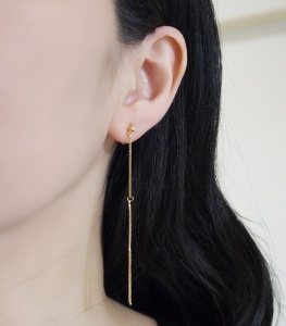 "<img src=""comfortable-pierced-look-dangle-gold-bar-long-chain-threader-minimalist-invisible-clip-on-earrings-miyabigrace8.jpg"" alt=""pierced look and comfortable Comfortable and pierced look dangle long gold metallic threader bar invisible clip on earrings by MiyabiGrace 耳環夾 ノンホールピアス 夾式耳環""/>"
