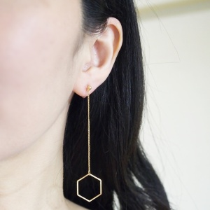 "<img src=""comfortable-pierced-look-dangle-hexagon-long-chain-gold-hoop-invisible-clip-on-earrings-miyabigrace.jpg"" alt=""pierced look and comfortable Comfortable and pierced look dangle long gold threader hexagon hoop invisible clip on earrings by MiyabiGrace 耳環夾 ノンホールピアス 夾式耳環""/>"