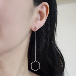 "<img src=""comfortable-pierced-look-dangle-long-silver-hexagon-thread-minimalist-invisible-clip-on-earrings-miyabigrace6.jpg"" alt=""pierced look and comfortable Comfortable and pierced look dangle long silver threader hexagon hoop invisible clip on earrings by MiyabiGrace 耳環夾 ノンホールピアス 夾式耳環""/>"