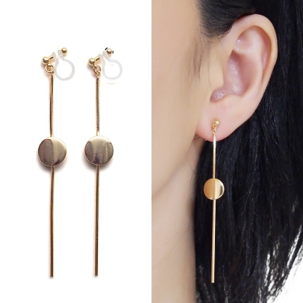 "<img src=""comfortable-pierced-look-dangle-long-threader-bar-gold-coin-minimal-invisible-clip-on-earrings-miyabigrace-e5a4bee880b3e792b0-e5a4bee5bc8fe880b3e792b0-e382a4e383a4e383aa2.jpg"" alt=""pierced look and comfortable Comfortable and pierced look dangle long gold threader round coin invisible clip on earrings by MiyabiGrace 耳環夾 ノンホールピアス 夾式耳環""/>"