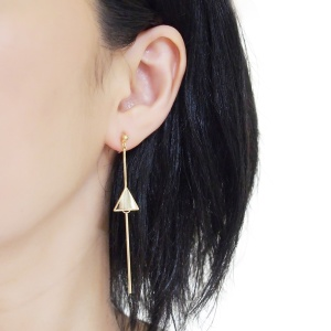 "<img src=""comfortable-pierced-look-dangle-long-threader-bar-gold-triangle-minimal-invisible-clip-on-earrings-miyabigrace-e5a4bee880b3e792b0-e5a4bee5bc8fe880b3e792b0-e382a4e383a4.jpg"" alt=""pierced look and comfortable Comfortable and pierced look dangle long gold threader triangle invisible clip on earrings by MiyabiGrace 耳環夾 ノンホールピアス 夾式耳環""/>"