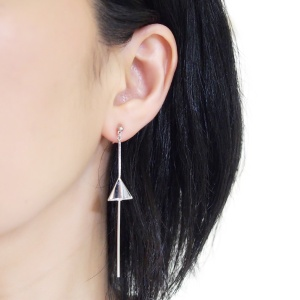 "<img src=""comfortable-pierced-look-dangle-long-threader-bar-silver-triangle-minimal-invisible-clip-on-earrings-miyabigrace-e5a4bee880b3e792b0-e5a4bee5bc8fe880b3e792b0-e382a4e383a41.jpg"" alt=""pierced look and comfortable Comfortable and pierced look dangle long silver threader triangle invisible clip on earrings by MiyabiGrace 耳環夾 ノンホールピアス 夾式耳環""/>"