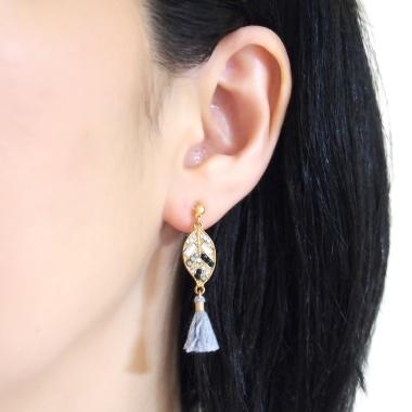 "<img src=""pierced-look-comfortable-dangle-gold-leaf-black-rhinestone-gray-tassel-boho-bohemian-invisible-clip-on-earrings-miyabigrace-e5a4bee880b3e792b0-e5a4bee5bc8fe880b3e792b0-e382a"" alt=""pierced look and comfortable Comfortable and pierced look gray tassel with crystal invisible clip on earrings bridal jewelry by MiyabiGrace 耳環夾 ノンホールピアス 夾式耳環""/>"