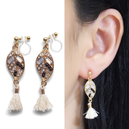 "<img src=""pierced-look-comfortable-dangle-gold-leaf-black-rhinestone-white-tassel-boho-bohemian-invisible-clip-on-earrings-miyabigrace-e5a4bee880b3e792b0-e5a4bee5bc8fe880b3e792b0-e382"" alt=""pierced look and comfortable Comfortable and pierced look white tassel with crystal invisible clip on earrings bridal jewelry by MiyabiGrace 耳環夾 ノンホールピアス 夾式耳環""/>"