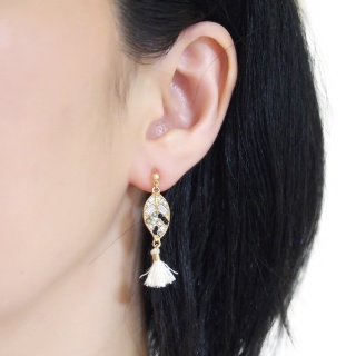 "<img src=""pierced-look-comfortable-dangle-gold-leaf-black-rhinestone-white-tassel-boho-bohemian-invisible-clip-on-earrings-miyabigrace-e5a4bee880b3e792b0-e5a4bee5bc8fe880b3e792b0-e382a"" alt=""pierced look and comfortable Comfortable and pierced look white tassel with crystal invisible clip on earrings bridal jewelry by MiyabiGrace 耳環夾 ノンホールピアス 夾式耳環""/>"