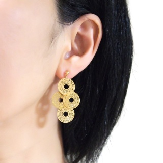"<img src=""comfortable-pierced-look-dangle-gold-four-circle-coin-filigree-invisible-clip-on-earrings-miyabigrace-e5a4bee880b3e792b0-e5a4bee5bc8fe880b3e792b0-e382a4e383a4e383aa1.jpg"" alt=""pierced look and comfortable Comfortable and pierced look dangle gold circle filigree invisible clip on earrings bridal jewelry by MiyabiGrace 耳環夾 ノンホールピアス 夾式耳環""/>"
