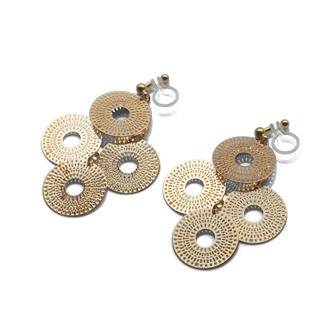 "<img src=""comfortable-pierced-look-dangle-gold-four-circle-coin-filigree-invisible-clip-on-earrings-miyabigrace-e5a4bee880b3e792b0-e5a4bee5bc8fe880b3e792b0-e382a4e383a4e383aa3.jpg"" alt=""pierced look and comfortable Comfortable and pierced look dangle gold circle filigree invisible clip on earrings bridal jewelry by MiyabiGrace 耳環夾 ノンホールピアス 夾式耳環""/>"
