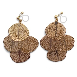 "<img src=""comfortable-pierced-look-dangle-gold-four-leave-leaf-botanical-filigree-invisible-clip-on-earrings-miyabigrace-e5a4bee880b3e792b0-e5a4bee5bc8fe880b3e792b0-e382a4e383a4.jpg"" alt=""pierced look and comfortable Comfortable and pierced look dangle gold leaf filigree invisible clip on earrings bridal jewelry by MiyabiGrace 耳環夾 ノンホールピアス 夾式耳環""/>"