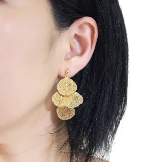 "<img src=""comfortable-pierced-look-dangle-gold-four-leave-leaf-botanical-filigree-invisible-clip-on-earrings-miyabigrace-e5a4bee880b3e792b0-e5a4bee5bc8fe880b3e792b0-e382a4e383a41.jpg"" alt=""pierced look and comfortable Comfortable and pierced look dangle gold leaf filigree invisible clip on earrings bridal jewelry by MiyabiGrace 耳環夾 ノンホールピアス 夾式耳環""/>"