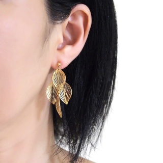 "<img src=""comfortable-pierced-look-dangle-gold-four-leave-leaf-botanical-filigree-invisible-clip-on-earrings-miyabigrace-e5a4bee880b3e792b0-e5a4bee5bc8fe880b3e792b0-e382a4e383a42.jpg"" alt=""pierced look and comfortable Comfortable and pierced look dangle gold leaf filigree invisible clip on earrings bridal jewelry by MiyabiGrace 耳環夾 ノンホールピアス 夾式耳環""/>"