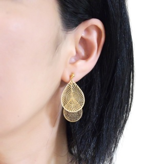 "<img src=""comfortable-pierced-look-dangle-gold-two-mesh-oriental-filigree-invisible-clip-on-earrings-miyabigrace-e5a4bee880b3e792b0-e5a4bee5bc8fe880b3e792b0-e382a4e383a4e383aa1.jpg"" alt=""pierced look and comfortable Comfortable and pierced look dangle gold teardrop filigree invisible clip on earrings bridal jewelry by MiyabiGrace 耳環夾 ノンホールピアス 夾式耳環""/>"