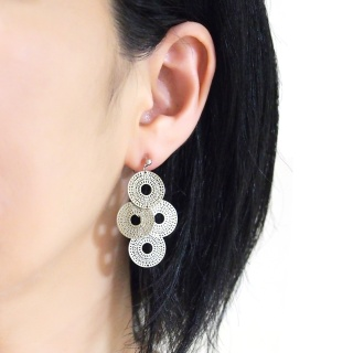 "<img src=""comfortable-pierced-look-dangle-silver-four-circle-coin-filigree-invisible-clip-on-earrings-miyabigrace-e5a4bee880b3e792b0-e5a4bee5bc8fe880b3e792b0-e382a4e383a4e383aa1.jpg"" alt=""pierced look and comfortable Comfortable and pierced look dangle silver circle filigree invisible clip on earrings bridal jewelry by MiyabiGrace 耳環夾 ノンホールピアス 夾式耳環""/>"