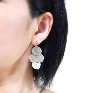 "<img src=""comfortable-pierced-look-dangle-silver-four-leave-leaf-botanical-filigree-invisible-clip-on-earrings-miyabigrace-e5a4bee880b3e792b0-e5a4bee5bc8fe880b3e792b0-e382a4e383a4.jpg"" alt=""pierced look and comfortable Comfortable and pierced look dangle silver leaf filigree invisible clip on earrings bridal jewelry by MiyabiGrace 耳環夾 ノンホールピアス 夾式耳環""/>"
