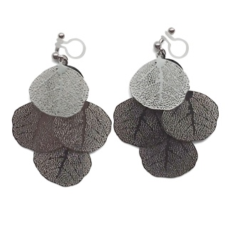 "<img src=""comfortable-pierced-look-dangle-silver-four-leave-leaf-botanical-filigree-invisible-clip-on-earrings-miyabigrace-e5a4bee880b3e792b0-e5a4bee5bc8fe880b3e792b0-e382a4e383a41.jpg"" alt=""pierced look and comfortable Comfortable and pierced look dangle silver leaf filigree invisible clip on earrings bridal jewelry by MiyabiGrace 耳環夾 ノンホールピアス 夾式耳環""/>"
