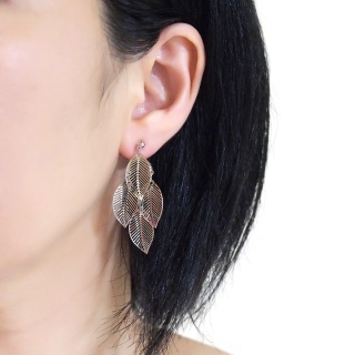 "<img src=""comfortable-pierced-look-dangle-silver-four-leave-leaf-botanical-filigree-invisible-clip-on-earrings-miyabigrace-e5a4bee880b3e792b0-e5a4bee5bc8fe880b3e792b0-e382a4e383a42.jpg"" alt=""pierced look and comfortable Comfortable and pierced look dangle silver leaf filigree invisible clip on earrings bridal jewelry by MiyabiGrace 耳環夾 ノンホールピアス 夾式耳環""/>"