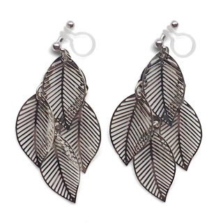 "<img src=""comfortable-pierced-look-dangle-silver-four-leave-leaf-botanical-filigree-invisible-clip-on-earrings-miyabigrace-e5a4bee880b3e792b0-e5a4bee5bc8fe880b3e792b0-e382a4e383a43.jpg"" alt=""pierced look and comfortable Comfortable and pierced look dangle silver leaf filigree invisible clip on earrings bridal jewelry by MiyabiGrace 耳環夾 ノンホールピアス 夾式耳環""/>"
