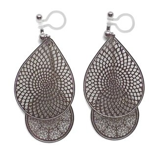 "<img src=""comfortable-pierced-look-dangle-silver-two-mesh-oriental-filigree-invisible-clip-on-earrings-miyabigrace-e5a4bee880b3e792b0-e5a4bee5bc8fe880b3e792b0-e382a4e383a4e383aa.jpg"" alt=""pierced look and comfortable Comfortable and pierced look dangle silver teardrop filigree invisible clip on earrings bridal jewelry by MiyabiGrace 耳環夾 ノンホールピアス 夾式耳環""/>"