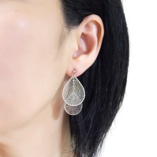 "<img src=""comfortable-pierced-look-dangle-silver-two-mesh-oriental-filigree-invisible-clip-on-earrings-miyabigrace-e5a4bee880b3e792b0-e5a4bee5bc8fe880b3e792b0-e382a4e383a4e383aa1.jpg"" alt=""pierced look and comfortable Comfortable and pierced look dangle silver teardrop filigree invisible clip on earrings bridal jewelry by MiyabiGrace 耳環夾 ノンホールピアス 夾式耳環""/>"