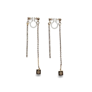"<img src=""Pierced look comfortable dangle gold double sided rhinestone crystal cube invisible clip on earrings MiyabiGra.jpg"" alt=""Pierced look comfortable dangle gold double sided circle long chain hoop invisible clip on earrings 4"">"