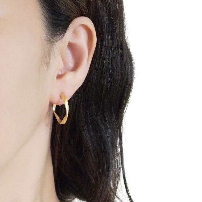 Comfortable-pierced-look-elegant-small-gold-waved-hoop-Invisible-clip-on-earrings-Miyabi-Grace1.jpg