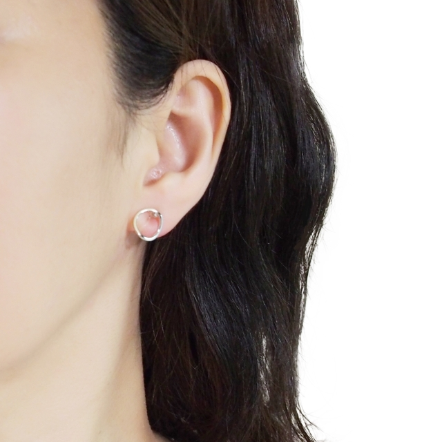 Comfortable-pierced-look-Silver-Curved-Hoops-Circle-Round-Invisible-clip-on-stud-earrings-Miyabi-Grace (1).jpg